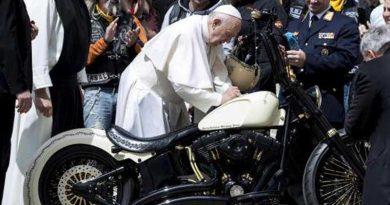 Papa Francisco firma una Harley Davidson