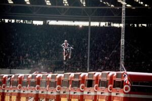 Evel Knievel ejecutando su famoso salto por encima de 14 buses